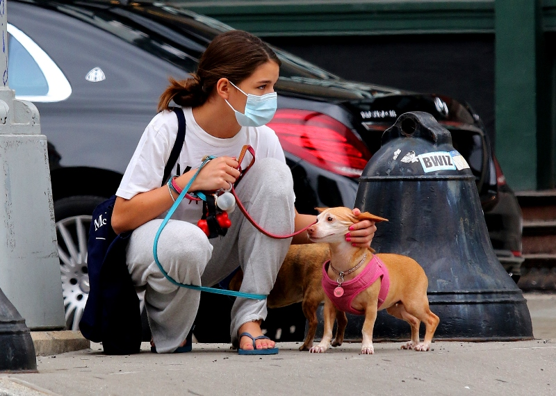 suri cruise, style, sweatpants, t-shirt, sandals, thong sandals, mask, dog, mom, katie holmes