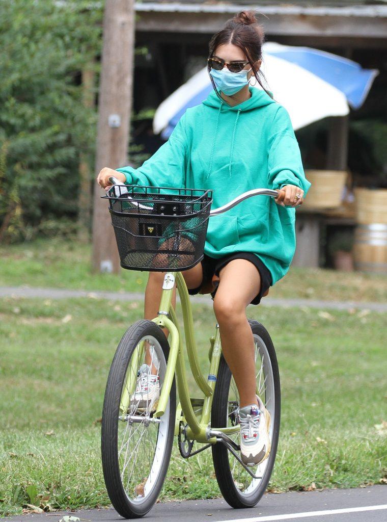 Emily Ratajkowski and husband Sebastian Bear-McClard seen going for bike ride in the Hampton's.Pictured: Emily RatajkowskiRef: SPL5182062 150820 NON-EXCLUSIVEPicture by: Splash News Matt Agudo / SplashNews.comSplash News and PicturesUSA: +1 310-525-5808London: +44 (0)20 8126 1009Berlin: +49 175 3764 166photodesk@splashnews.comWorld Rights