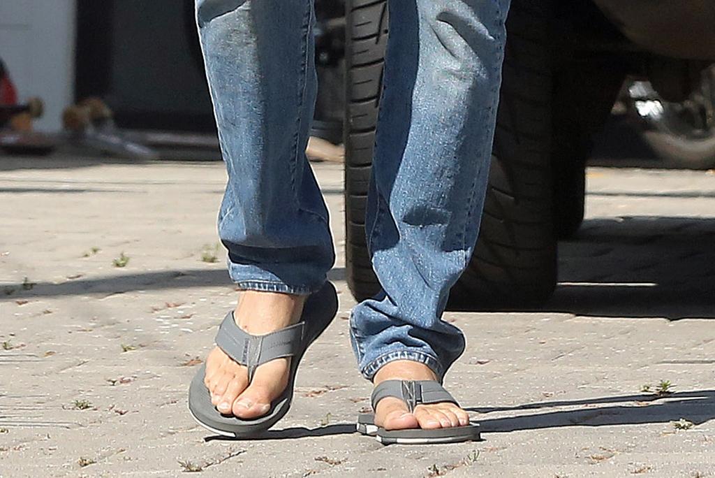 Bradley Cooper flip flops