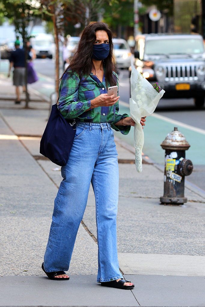 Katie Holmes is seen carrying a bouquet of flowers and later shops at a Downtown Manhattan supermarket. 18 Aug 2020 Pictured: Katie Holmes. Photo credit: LRNYC / MEGA TheMegaAgency.com +1 888 505 6342 (Mega Agency TagID: MEGA694871_012.jpg) [Photo via Mega Agency]