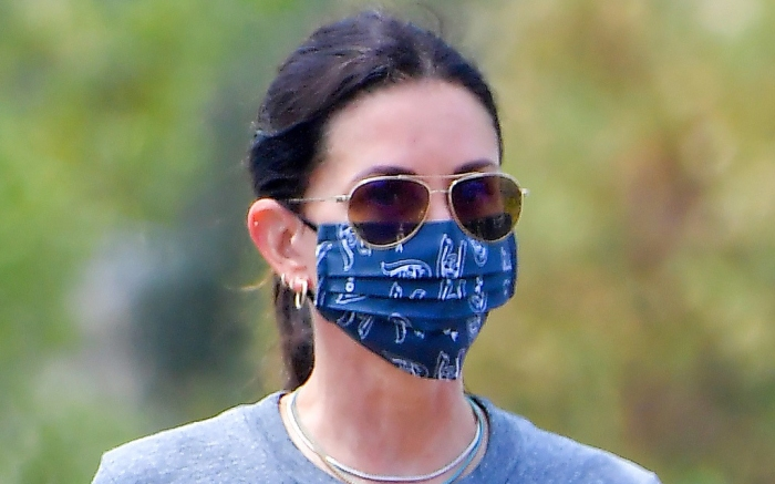 courteney-cox-slides-shoes-style-mask