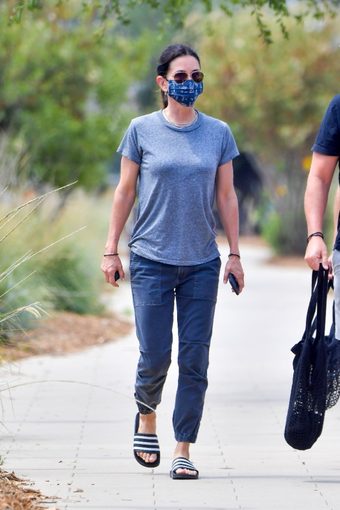 courteney cox, style, t-shirt, pants, joggers, slides, adidas, mask, face mask, farmers market
