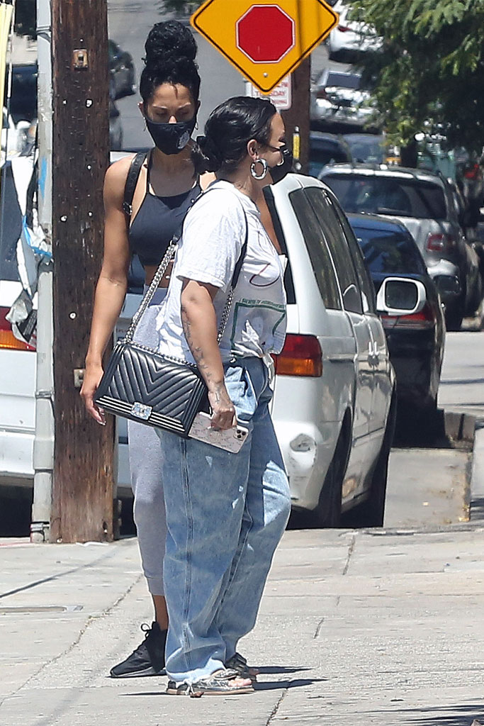 Demi Lovato, Jeans, Ugly Sandals, Graphic Tee, Sloucy Look, LA