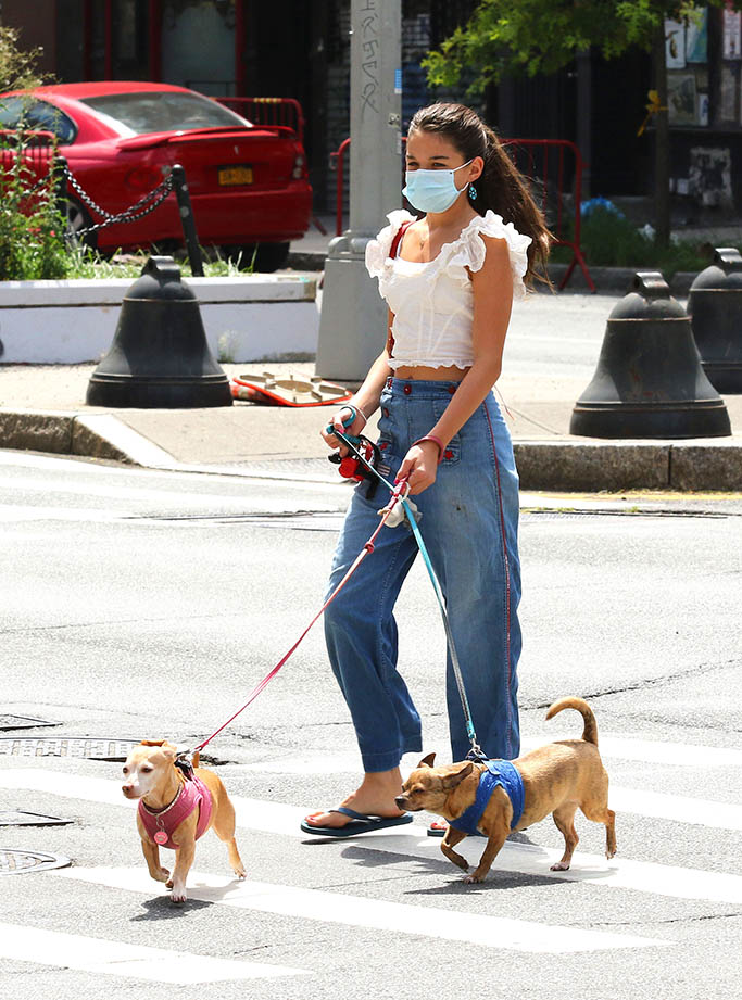 Suri Cruise, thong sandals, wide-leg jeans, frilly top