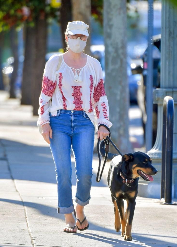 meryl streep, style, jeans, sandals, flip flops, shirt, dog, mask, hat