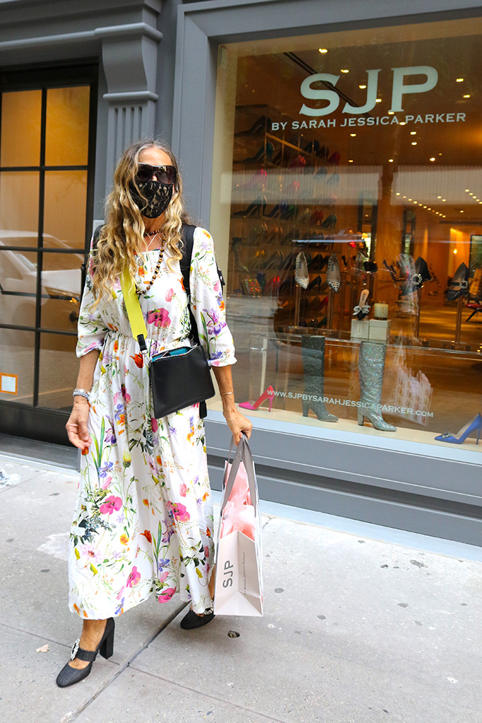 Sarah Jessica Parker keeps her social distance and wears her protective mask to personally help costumers at her SJP Flagship Store in Midtown, Manhattan.Pictured: Sarah Jessica ParkerRef: SPL5181474 120820 NON-EXCLUSIVEPicture by: Jose Perez / SplashNews.comSplash News and PicturesUSA: +1 310-525-5808London: +44 (0)20 8126 1009Berlin: +49 175 3764 166photodesk@splashnews.comWorld Rights