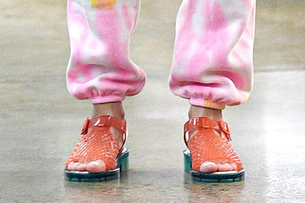 brie larson, sweatpants, tie-dye, sweatshirt, sandals, shop, style