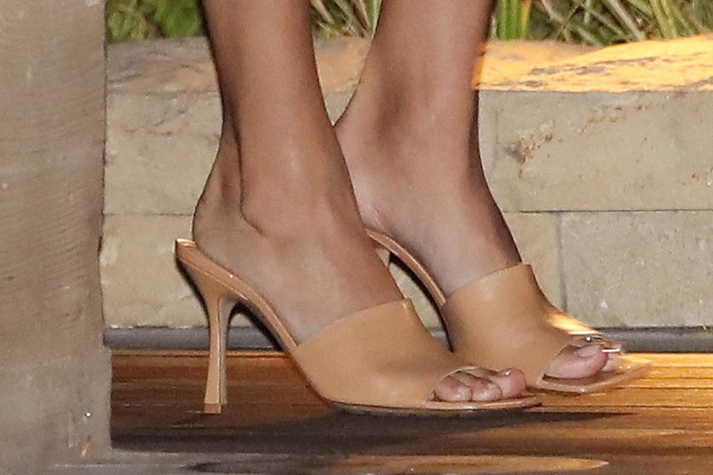 hailey baldwin, justin bieber, shorts, shirt, twist, crop top, bottega veneta, sandals, heels, date, los angeles