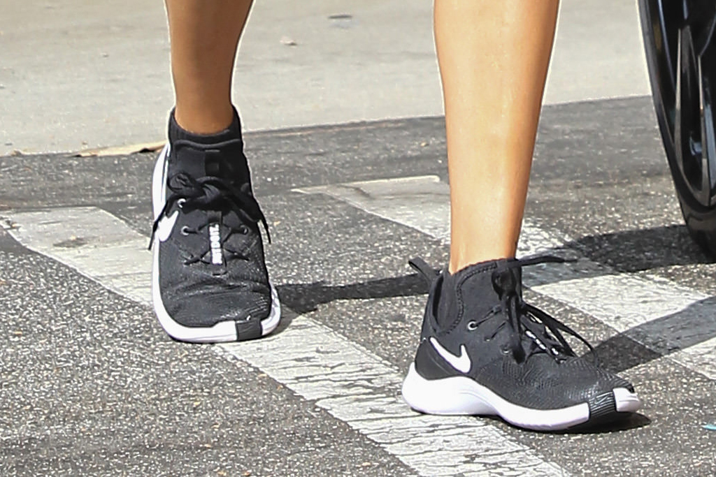 hailey baldwin, workout, biker shorts, sneakers, crop top, black, los angeles, nike, sneakers