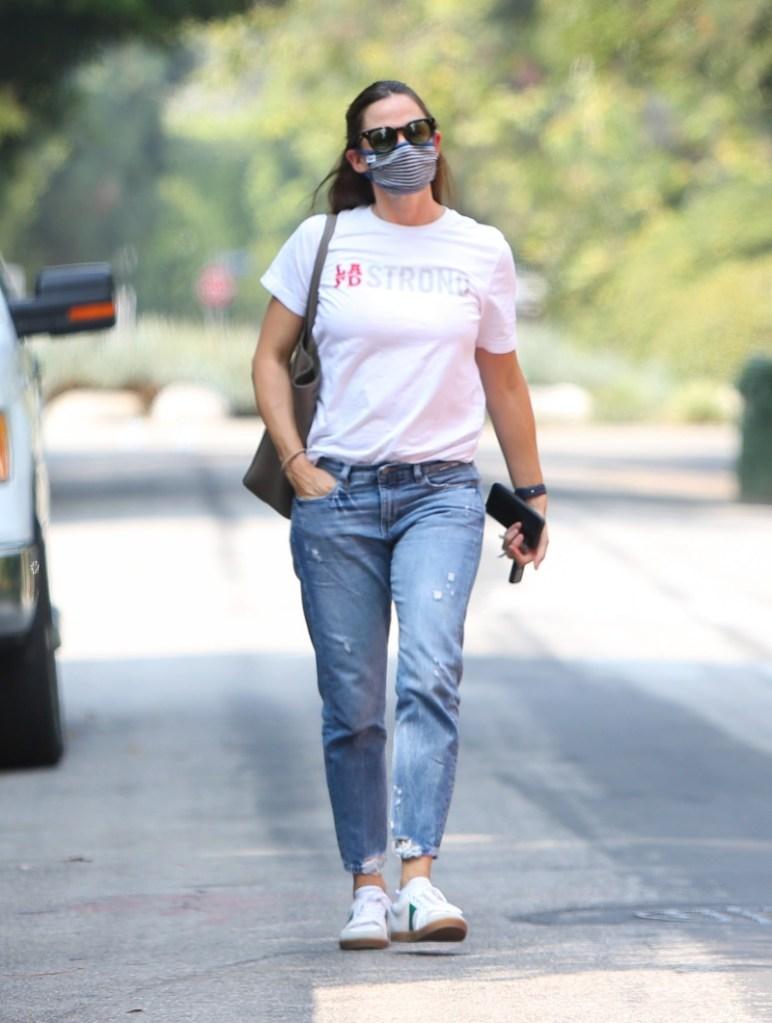 jennifer garner, jeans, t-shirt, sneakers, celine, suunglasses, mask, style
