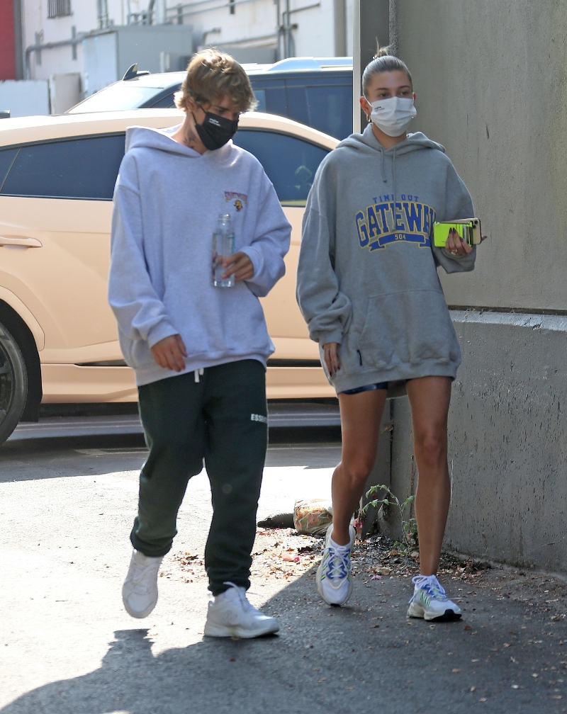 hailey baldwin, justin bieber, shorts, sweatshirt, sweatpants, sneakers, new balance, los angeles