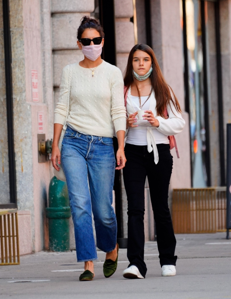 katie holmes, suri cruise, shoes, style, mom, daughter, jeans, sneakers, sweater, new york