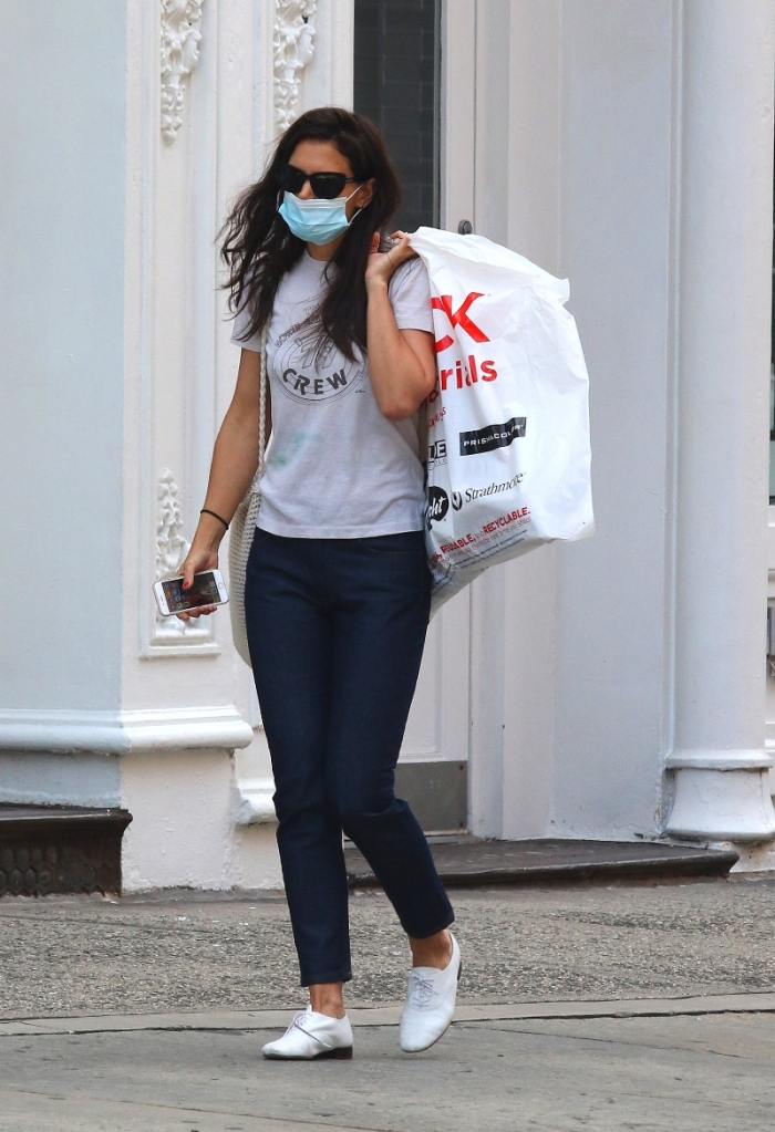 katie holmes, jeans, t-shirt, shirt, style, shoes, white shoes, mask, sunglasses
