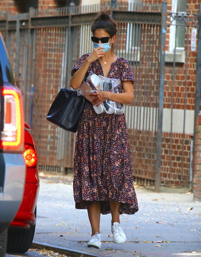 katie holmes, dress, floral dress, shoes, sneakers, common projects, style, new york