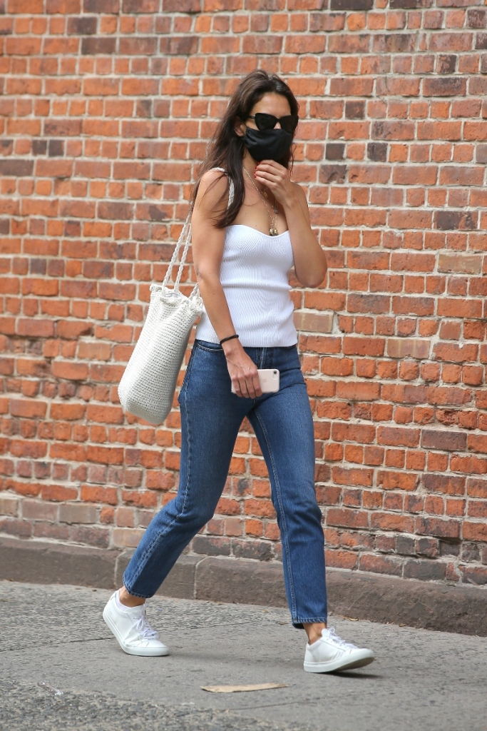 katie holmes, jeans, tank top, white, shirt, sneakers, common projects