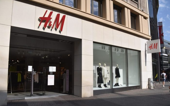 16 September 2020, North Rhine-Westphalia, Cologne: Entrance to a branch of the Swedish textile trading company H&M Hennes & Mauritz Photo by: Horst Galuschka/picture-alliance/dpa/AP Images