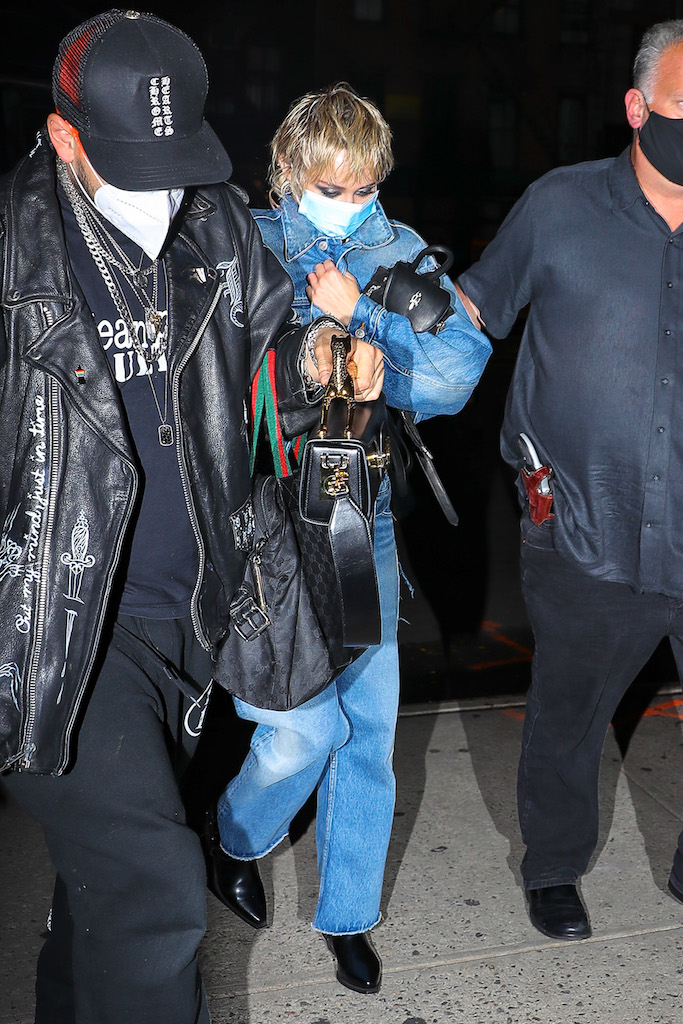Miley Cyrus was spotted hiding while arriving back at her hotel after shooting a music video with Dua Lipa in New York CityPictured: Miley Cyrus Ref: SPL5190246 300920 NON-EXCLUSIVE Picture by: Felipe Ramales / SplashNews.com Splash News and Pictures USA: +1 310-525-5808 London: +44 (0)20 8126 1009 Berlin: +49 175 3764 166 photodesk@splashnews.com World Rights