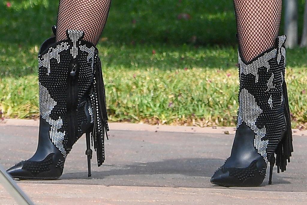 gwen stefani, shorts, fishnet tights, boots, tank top, mesh, jacket, fringe, philipp plein, boots, cowboy, skull