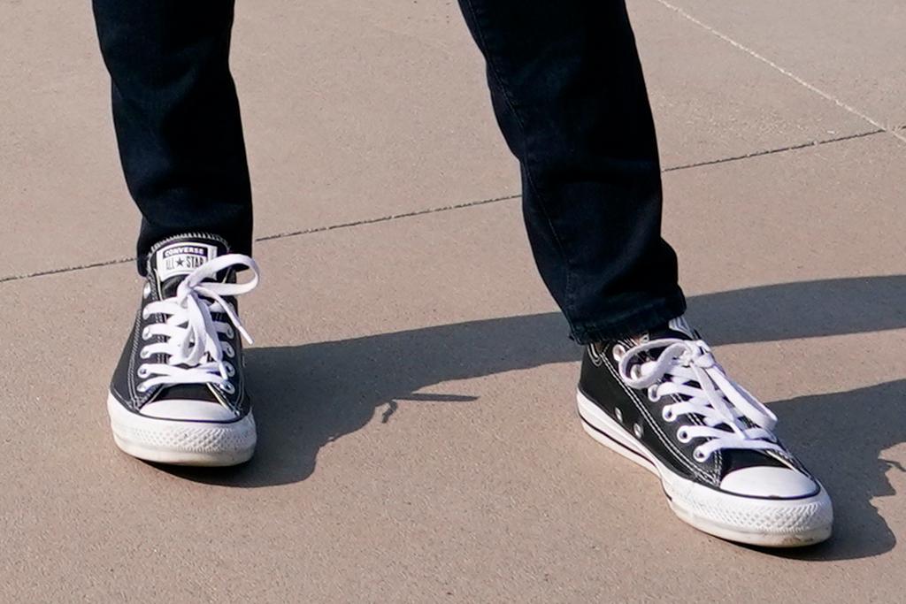 kamala harris, jeans, skinny jeans, shoes, converse, sneakers, blazer, utah