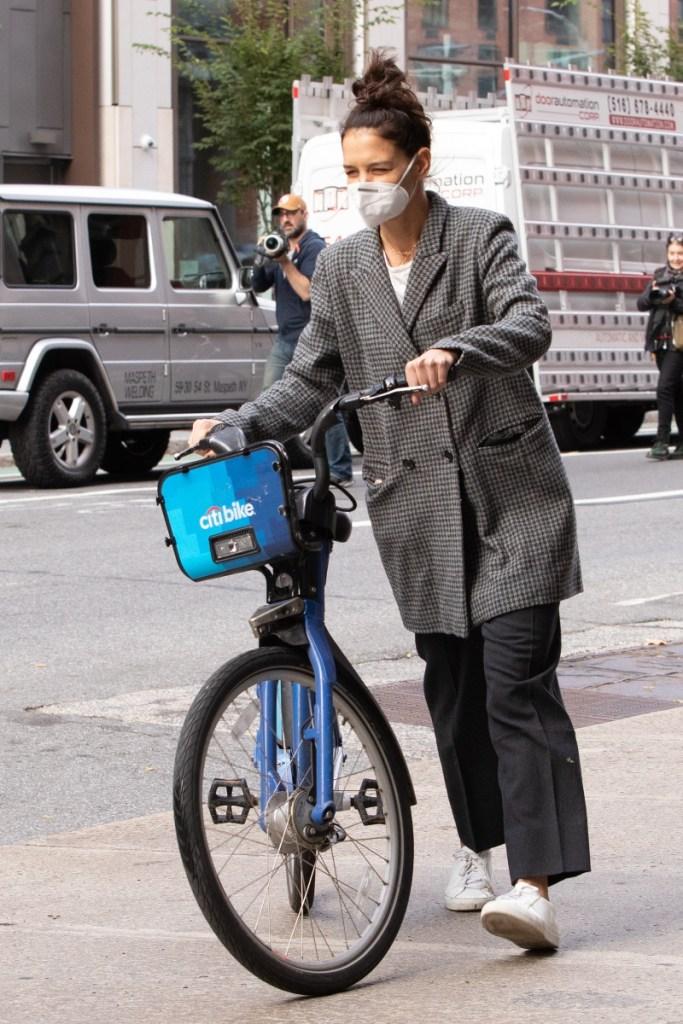 katie holmes, suri cruise, emilio vitolo jr, boyfriend, bike, new york, sneakers, coat, style, date, shoes