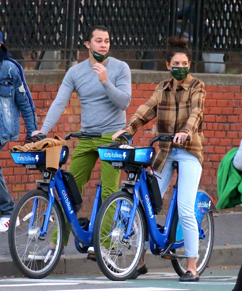 katie holmes, skinny jeans, flannel, jeans, shoes, loafers, bike, ride, emilio vitolo, new york