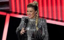 Host Kelly Clarkson speaks at the