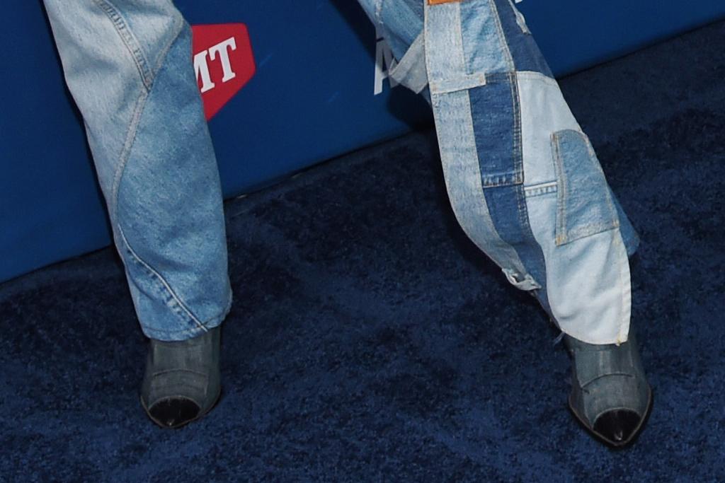 noah cyrus, cmt music awards, cowboy, hat, boots, jeans, shoes, jimmie allen, performance