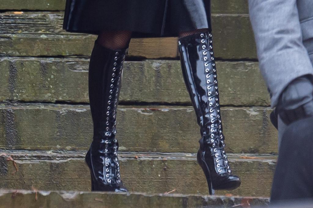 zoe kravitz, batman, catwoman, dress, shoes, hat, jacket, leather, character, costume, england