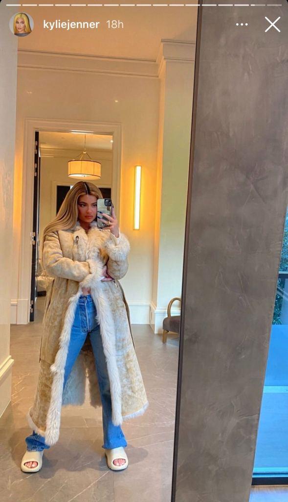 kylie jenner, jeans, mom jeans, slides, adidas, yeezy, yeezy slides, fur coat