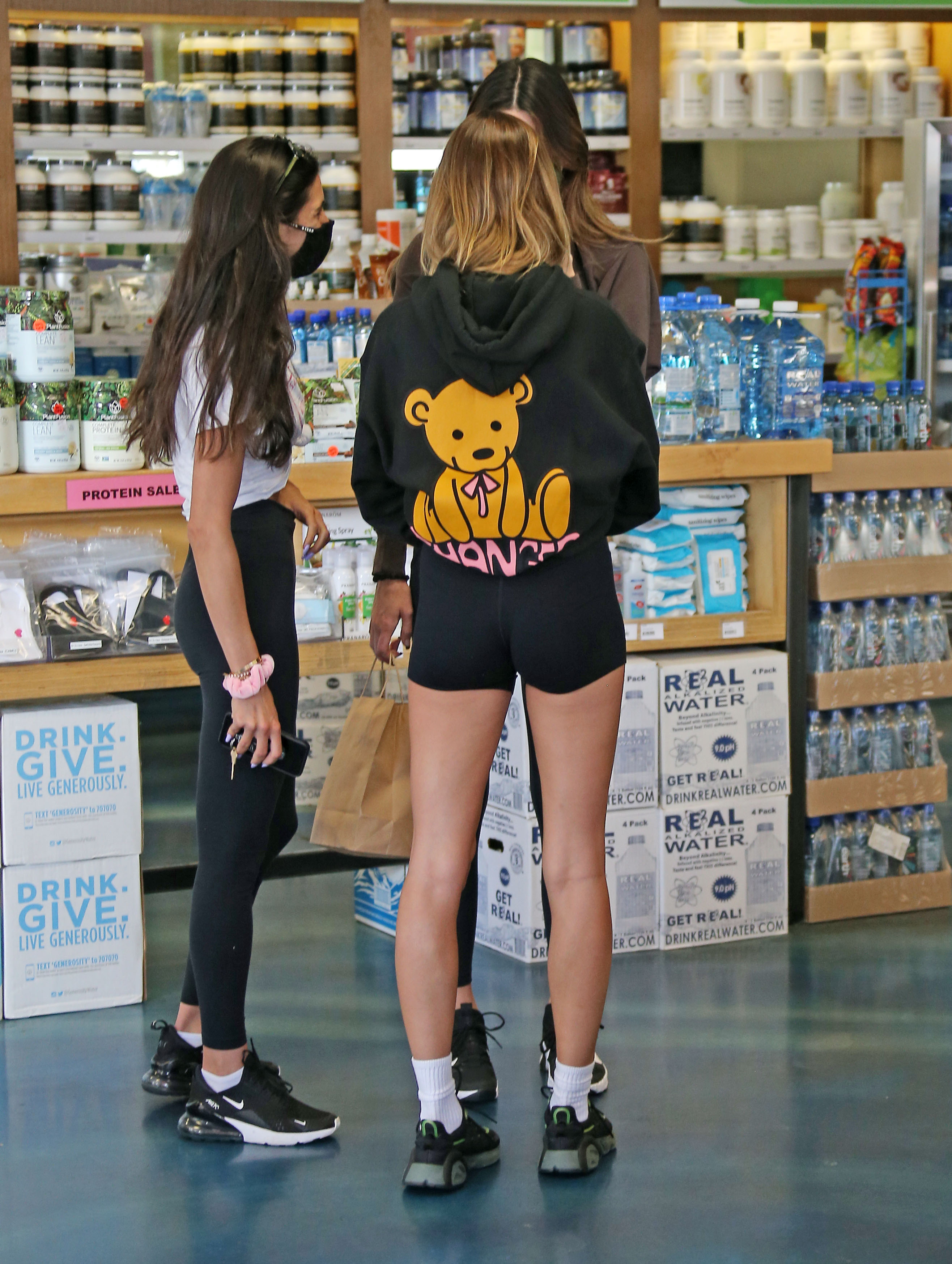 Hailey Bieber out and about with kendall Jenner in Weho.Pictured: Hailey Bieber Ref: SPL5196920 061120 NON-EXCLUSIVE Picture by: ENT / SplashNews.com Splash News and Pictures USA: +1 310-525-5808 London: +44 (0)20 8126 1009 Berlin: +49 175 3764 166 photodesk@splashnews.com World Rights, No France Rights, No Italy Rights, No Japan Rights