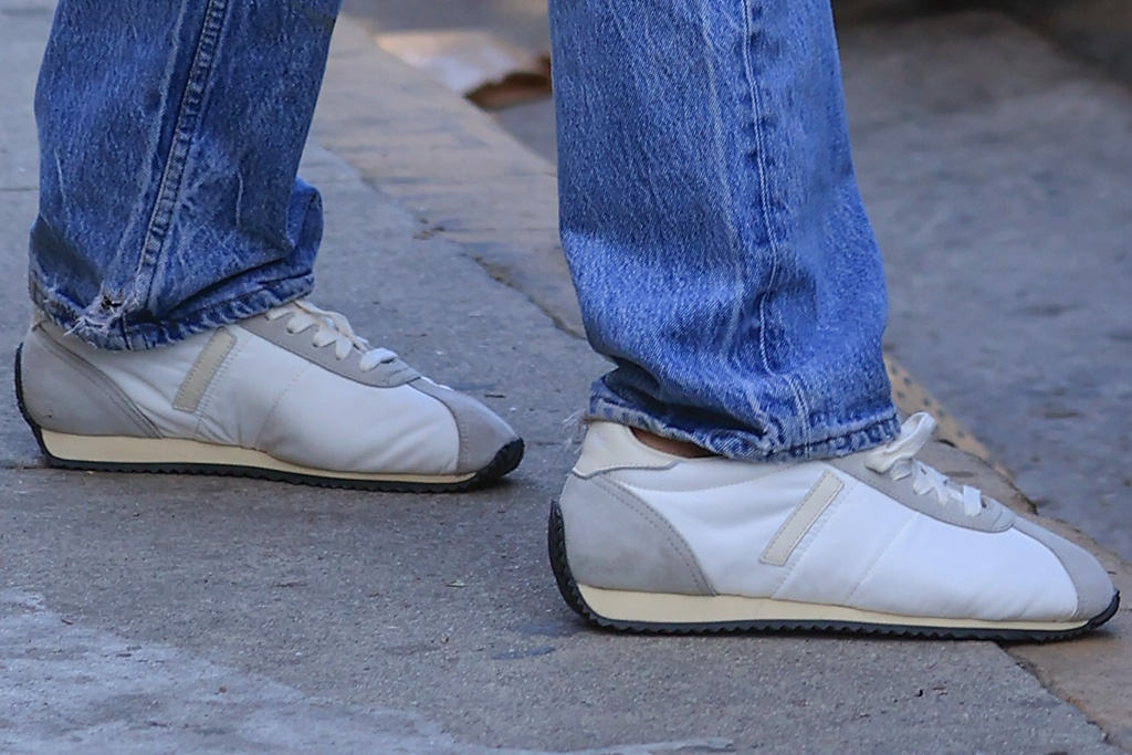 emily ratajkowski, emrata, jeans, low rise, pregnant, shirt, crop top, sweater, sneakers, model