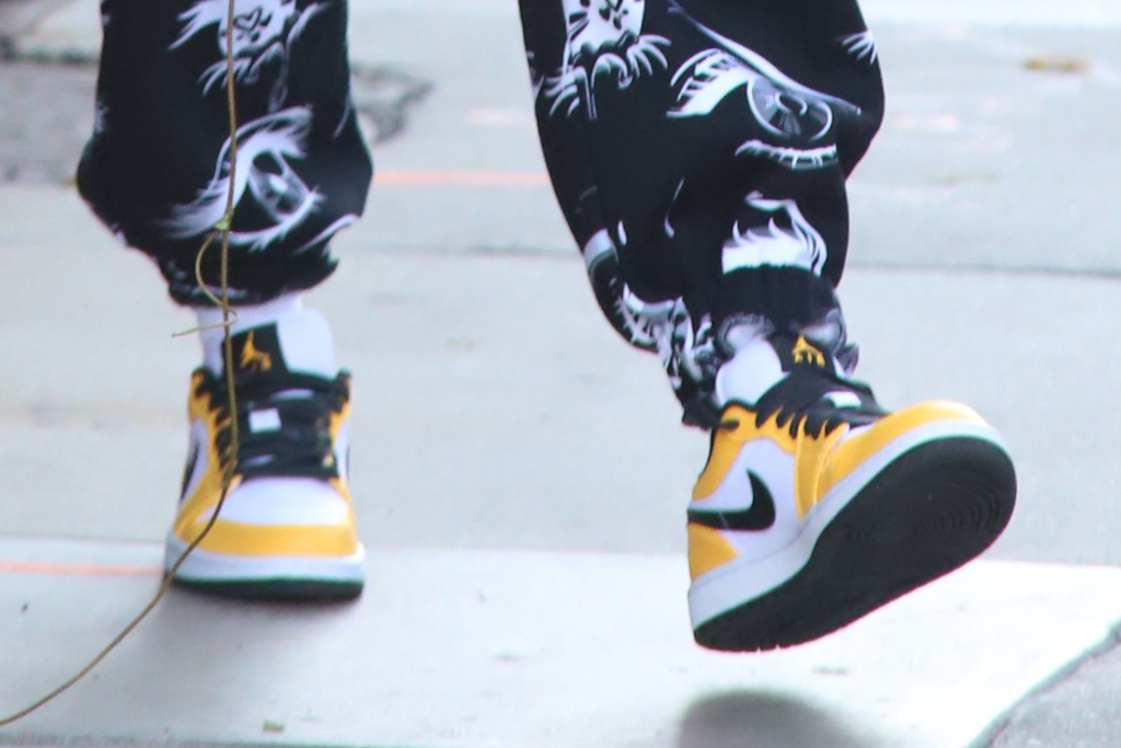 hailey baldwin, sweatshirt, sweatpants, sneakers, eyes, jordan brand, air jordan, shoes, los angeles