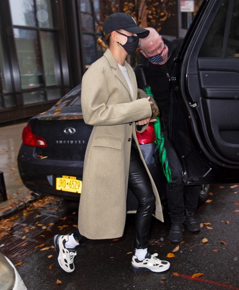 hailey baldwin, sneakers, leggings, jacket, shirt, new balance, studio fy7, new york, model