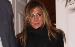 jennifer aniston, jeans, sweater, boots