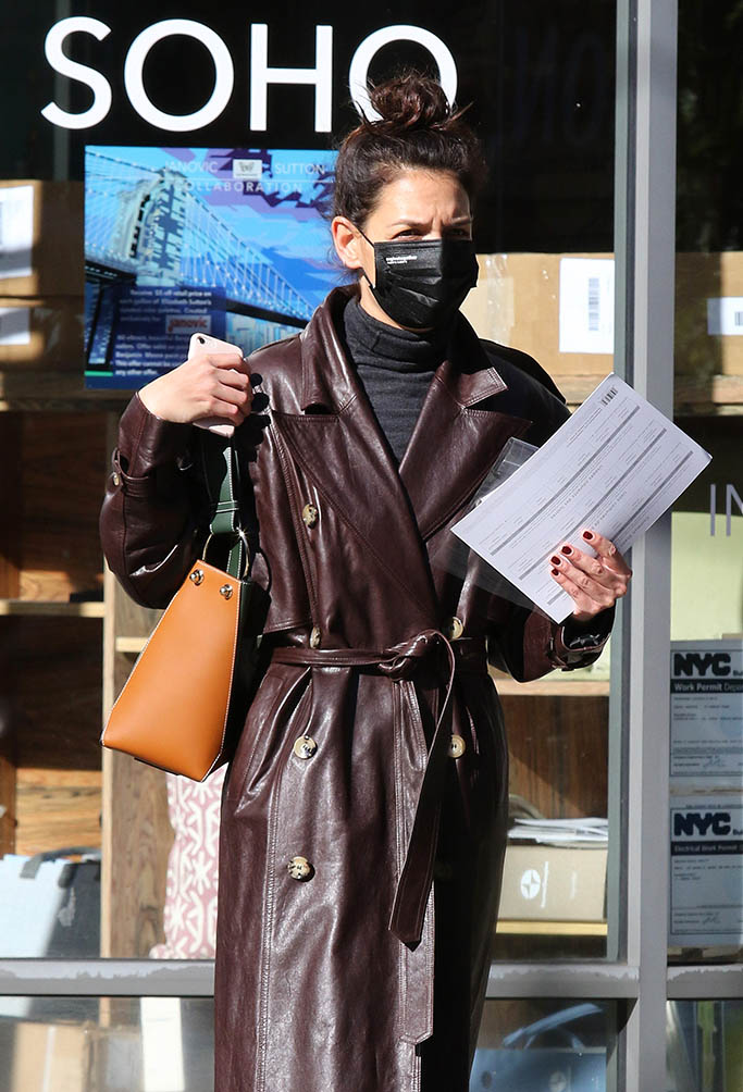 Katie Holmes sports a stylish brown leather trench coat as she is seen with her hands full while shopping at a boarded up supermarket in Downtown Manhattan. Katie was also seen stopping at a home interior design store in Manhattan's Soho area. 04 Nov 2020 Pictured: Katie Holmes. Photo credit: LRNYC / MEGA TheMegaAgency.com +1 888 505 6342 (Mega Agency TagID: MEGA712811_002.jpg) [Photo via Mega Agency]