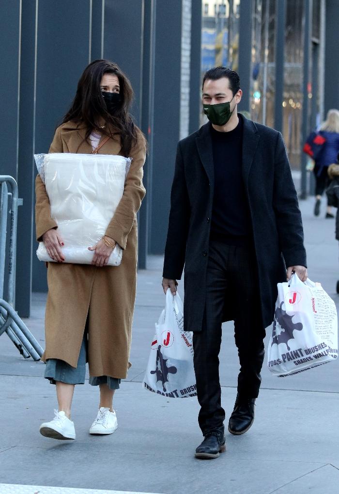 katie holmes, coat, pants, sneakers, shoes, style, new york, boyfriend, emilio vitolo jr