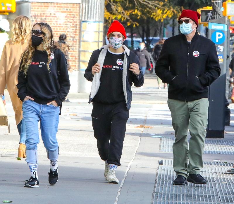 sarah jessica parker, sneakers, socks, jeans, sweatshirt, son, vote, matthew broderick, husband, new york