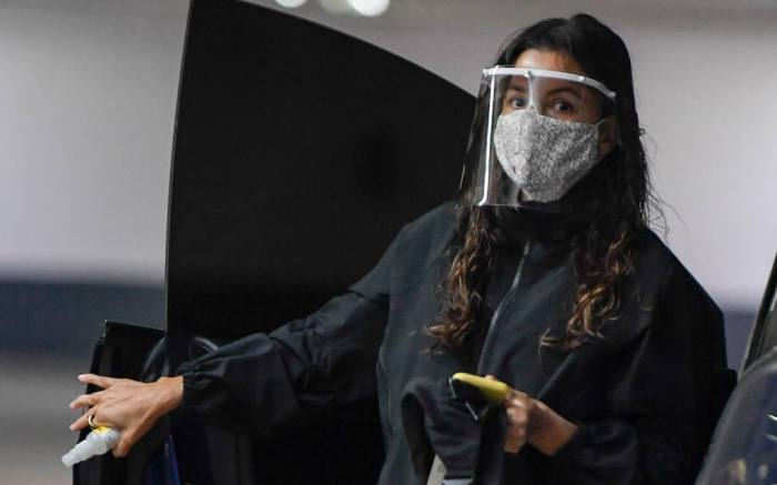 EXCLUSIVE: Eva Longoria takes extra precautions to protect herself from Covid-19. 10 Dec 2020 Pictured: Eva Longoria. Photo credit: MEGA TheMegaAgency.com +1 888 505 6342 (Mega Agency TagID: MEGA720452_001.jpg) [Photo via Mega Agency]