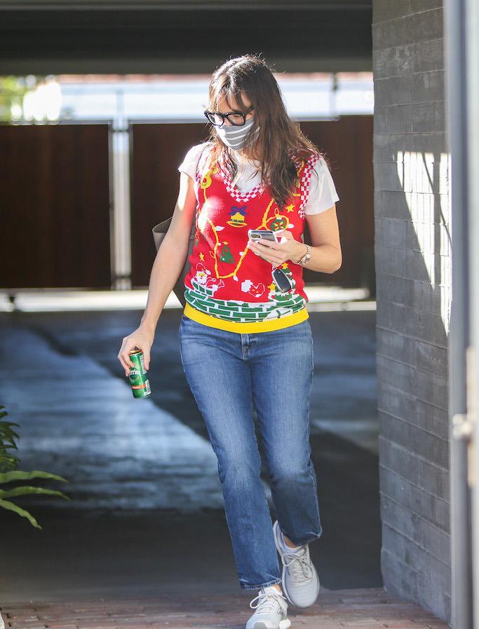 Jennifer Garner is seen in Los Angeles, California. 18 Dec 2020 Pictured: Jennifer Garner. Photo credit: BG004/Bauergriffin.com / MEGA TheMegaAgency.com +1 888 505 6342 (Mega Agency TagID: MEGA721941_003.jpg) [Photo via Mega Agency]