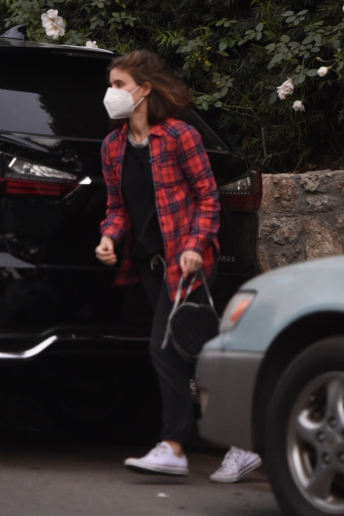 ***SPECIAL INSTRUCTIONS*** Please pixelate children's faces before publication.*** Kate Mara carries her daughter as she leaves her parents house in Los Angeles. The 37 year old actress and her daughter spent some with dad Timothy Christopher Mara and mom (NOT PICTURED). At one point, Kate Mara's dad Timothy plants a small kiss on his granddaughter. 23 Dec 2020 Pictured: Kate Mara. Photo credit: MEGA TheMegaAgency.com +1 888 505 6342 (Mega Agency TagID: MEGA722797_016.jpg) [Photo via Mega Agency]