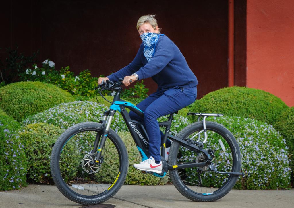 Ellen DeGeneres, nike, mask, e-bike