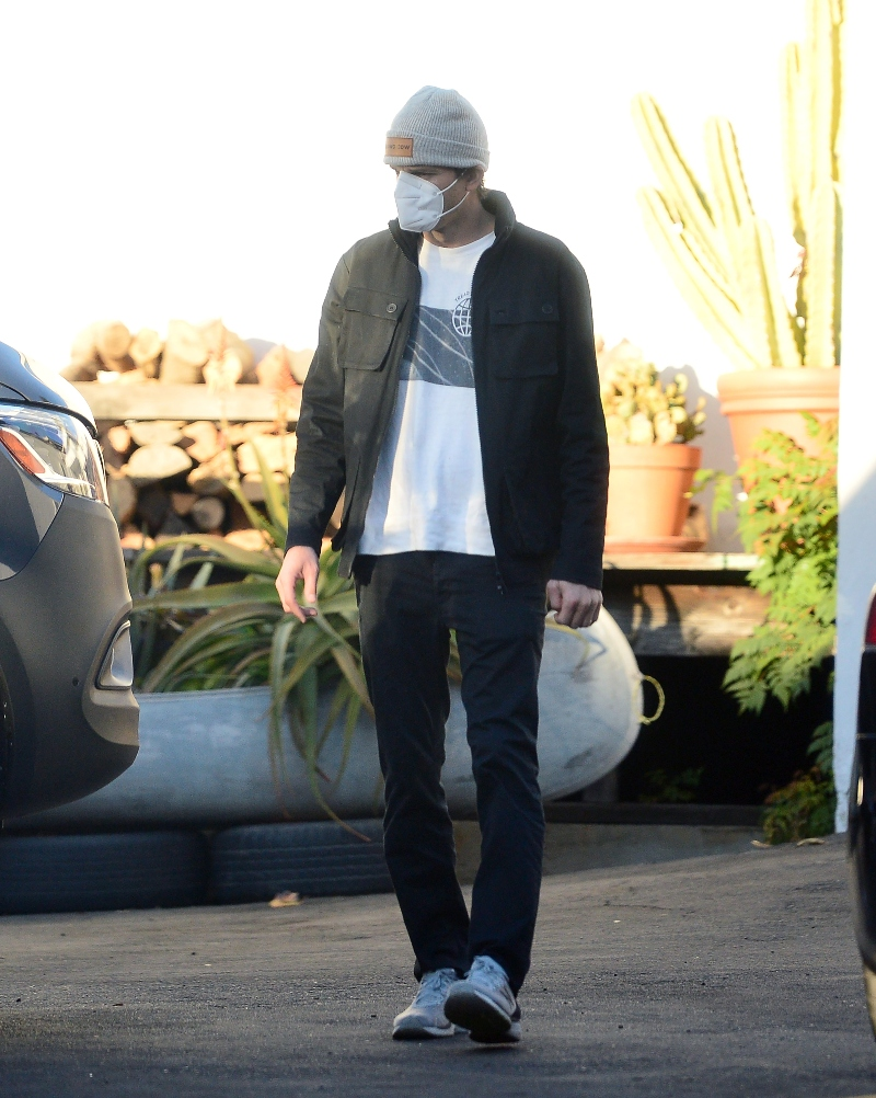 mila kunis, ashton kutcher, sneakers, sweatpants, shoes, camp, van, car, hat, shirt, jacket, los angeles