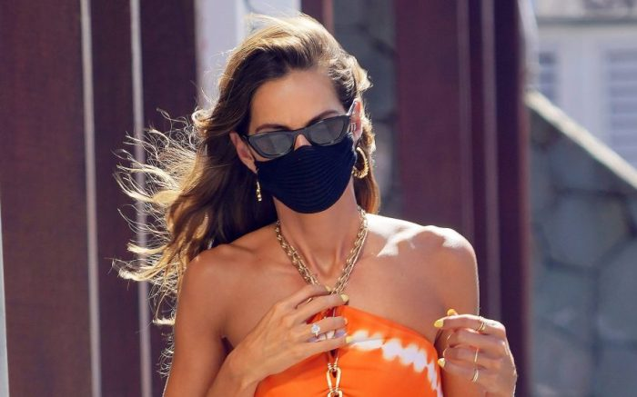 Izabel Goulart out for a stroll during holiday season in St-Barth before heading back to a waiting tender