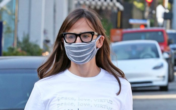 Jennifer Garner Chritmas shopping at the Country Mart  in Brentwood.