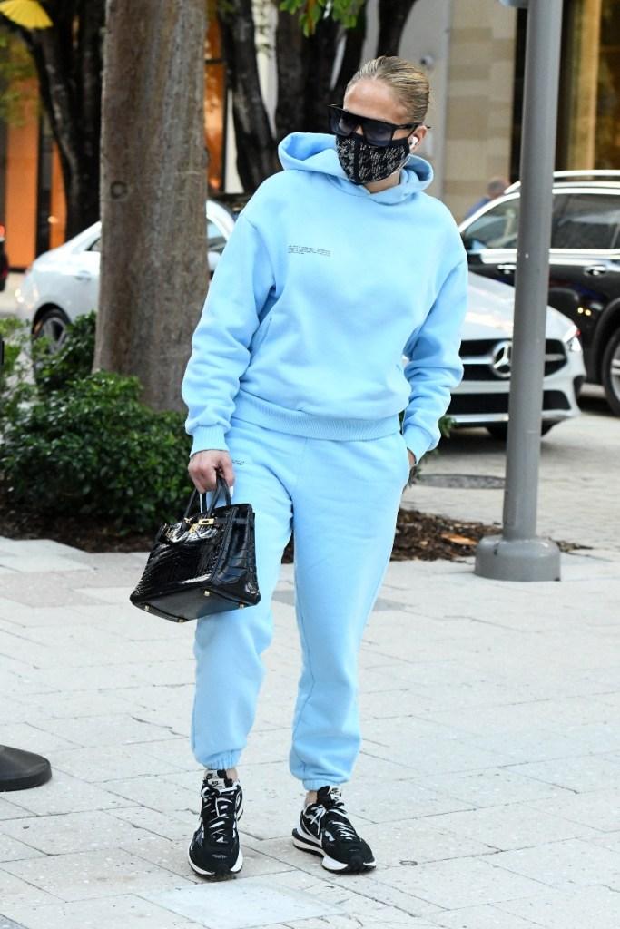 jennifer lopez, sweatshirt, sweatpants, joggers, blue, sneakers, nike, sacai, vapor waffle, black, max, emme, twins, miami