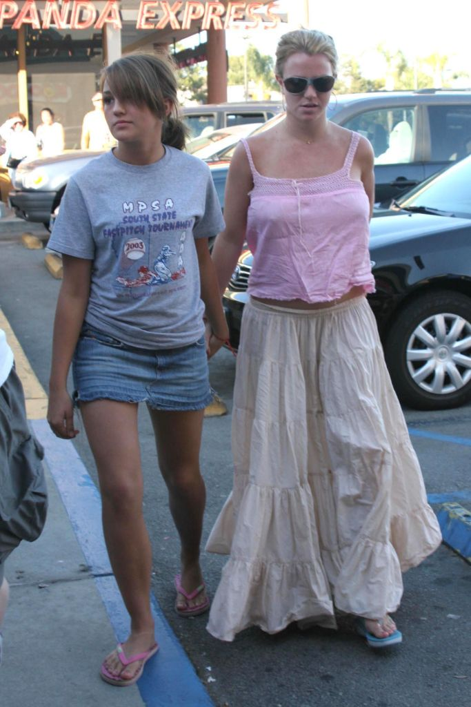 britney spears, 2000s fashion, 2000s style, 2000s trend, 2000s peasant skirt, britney spears style