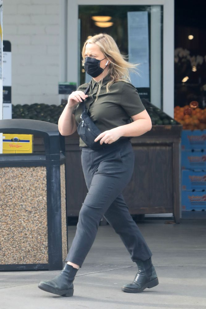 amy poehler, sneakers, jeans, cheeseburger, sneakers, los angeles, jacket, pregnant