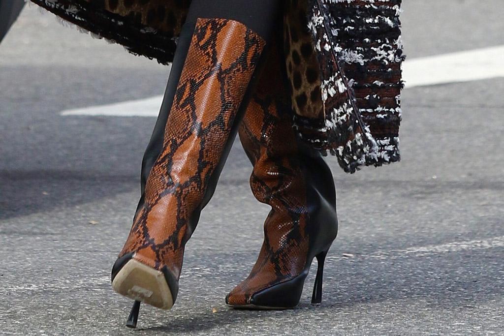emily ratajkowski, boots, leggings, coat, snakeskin, face mask, pregnant, sunglasses, shopping, bump, sweater, new york