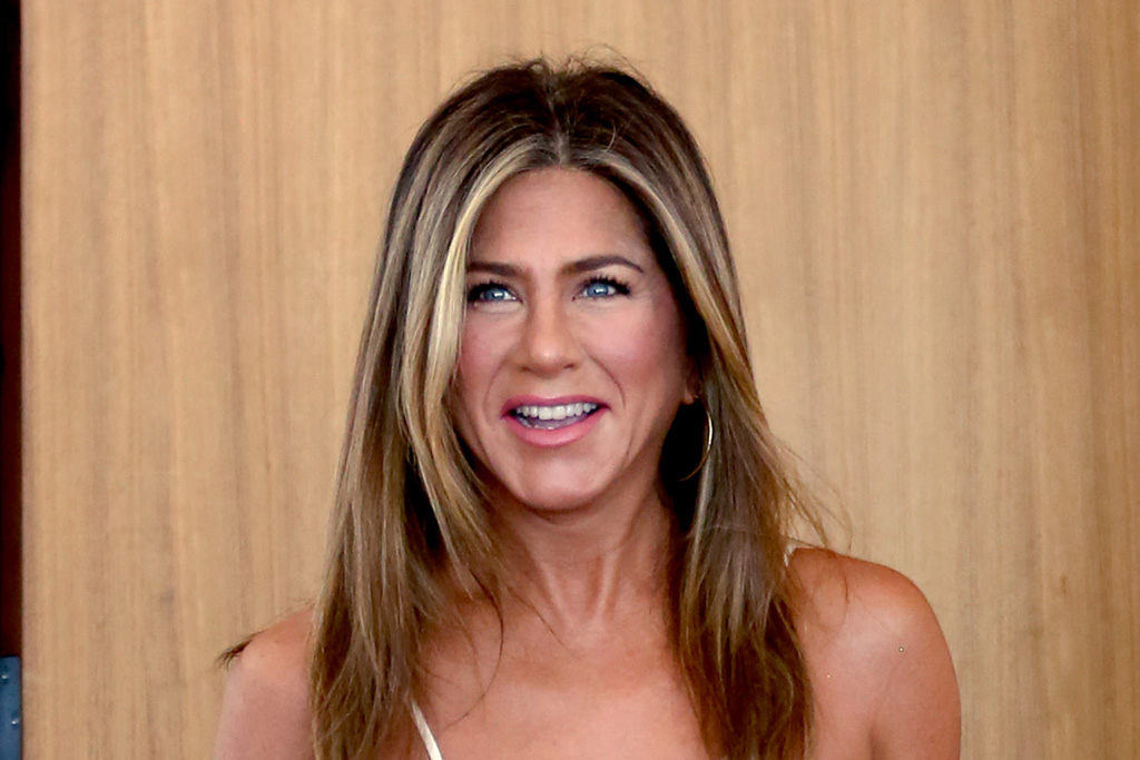 Jennifer Aniston's Graphic Tee & Skinny Jeans Are Ready for 'The Morning Show'
