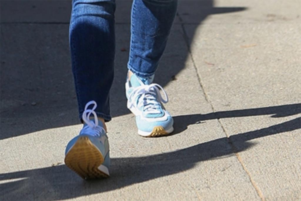 veja sneakers, jennifer garner sneakers, bright blue sneakers